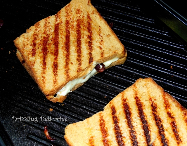 CHEESY GRILLED SANDWICH WITH CARAMELIZED ONIONS
